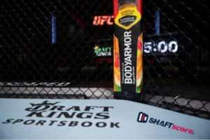 Octógono com o logo da parceria do UFC