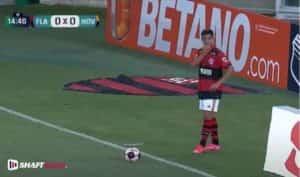 Jogador em campo no campeonato carioca e logo atrás uma propaganda da Betano.